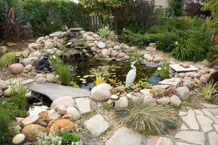 Eine große Wasser-Funktion verwandelt einen kleinen Hinterhof in einem herrlichen Sommer zurück.