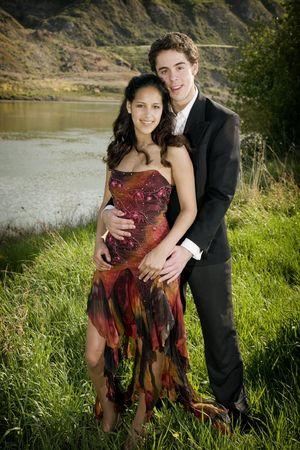 traje de gala: Un feliz, joven pareja en traje formal.