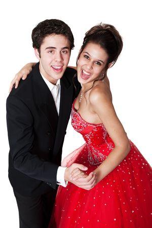 Jongen en meisje, in formele kleding, dansen op hun middelbare school prom.