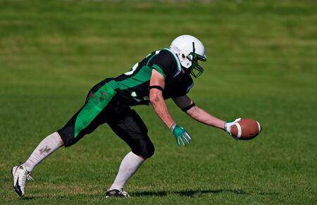 Een jonge, voet bal speler te vangen van de bal. Stockfoto