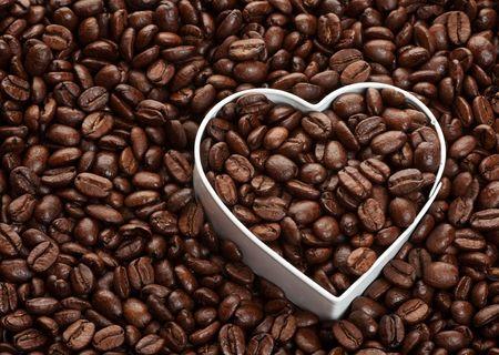 De achtergrond van de koffie bonen met hart vorm. Koffie liefhebbers concept.  Stockfoto