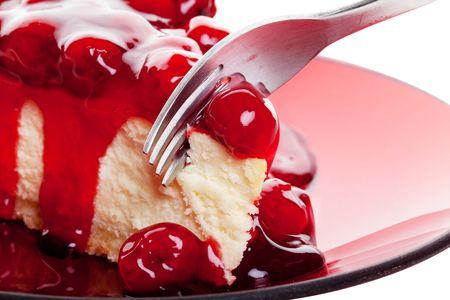rebanada de pastel: Boca de riego macro de la cereza del pastel de queso con tenedor.  Disparó sobre fondo blanco.