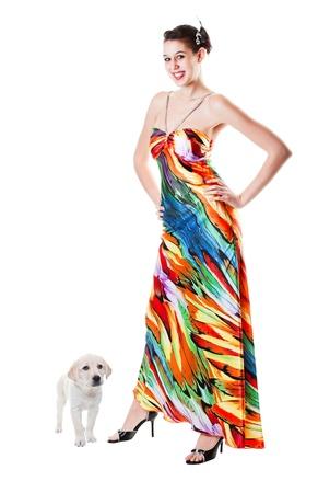 decide: Joven, vestida y lista para su graduaci�n, sonrisas como su cachorro Labrador Retriever decide convertirse en parte de la imagen! Foto de archivo