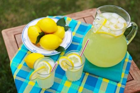 limonada: Limonada reci�n exprimido en un caluroso d�a de verano