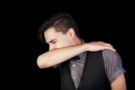codo: Un estornudo joven en su fondo codo Negro