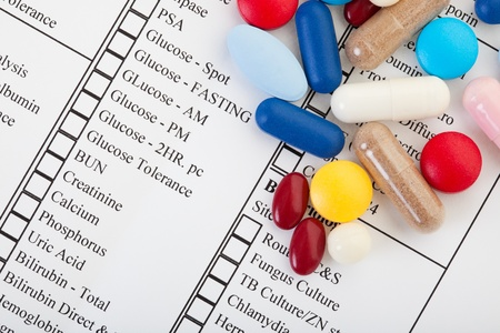 generic drugs: Una variet� di pillole su un modulo di diagnostica di laboratorio Archivio Fotografico