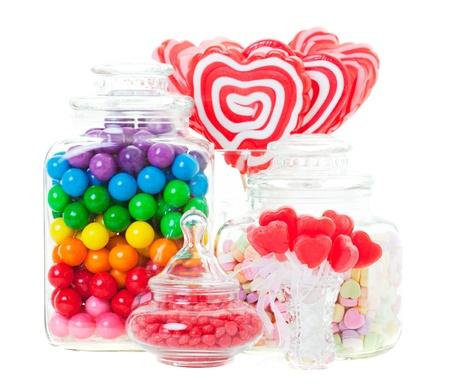 jarra: Una pantalla de dulces diferentes en recipientes de vidrio Disparo en el fondo blanco