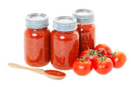 Molho de tomate caseiro preservados em frascos para uso posterior tiro no fundo branco Imagens
