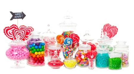 golosinas: Un buffet de dulces con una amplia variedad de dulces en frascos de boticario Disparo en el fondo blanco