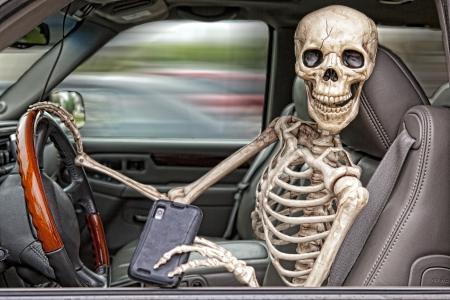 delito: Un esqueleto al volante de un todoterreno, distra�do por su tel�fono celular. Tampoco se le llevaba el cintur�n de seguridad. Foto de archivo