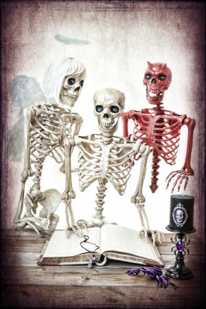 skelett mensch: Ein Skelett, die Mann durch seine gute und schlechte Seite gelockt. Klassische Gut gegen B�se. Lizenzfreie Bilder