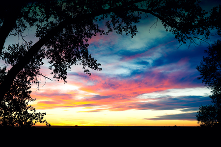 A beautiful big sky sunset.  Shot on Southern Alberta prairies, Canada. Imagens