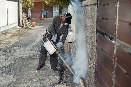 Man spraying fogging, eliminating mosquitoes, stopping the spread of dengue fever 版權商用圖片