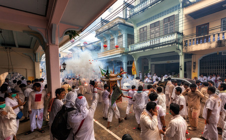 wooing: Takuapa, one of the festival season is not great either. He is wooing parade around the city, people have been blessed by God, many gods. Editorial