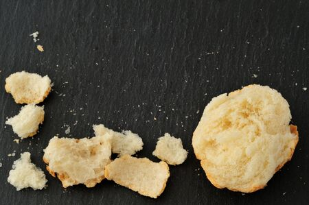 breadcrumbs, and bits of broken bread, on slate plate from above, with copy space Banque d'images - 132083440