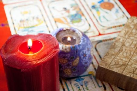 mesa con objetos dedicados a la adivinación y cartomancia