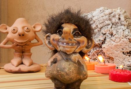 gnomi: statuette raffiguranti gnomi e altre creature magiche della foresta