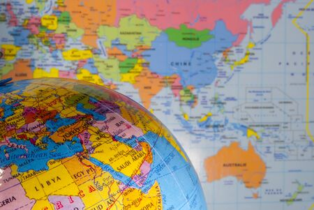 puntos cardinales: estudiar geograf�a, oc�anos, pa�ses y continentes con el mapa del mundo Foto de archivo