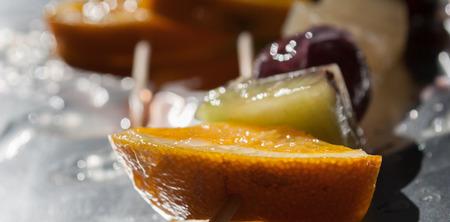 brochetas de frutas: brochetas de fruta fresca, sana y nutritiva