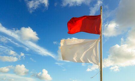 mare agitato: flag indicano ai nuotatori il mare mosso