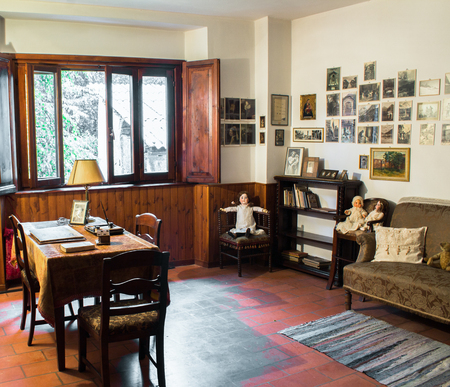 relevance: room dedicated to reading furnished with bookshelves and desks in old wood