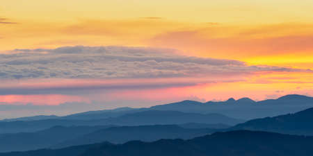 The sunrise seen from the top of Monte Falco in the Apennine mountain range. 版權商用圖片