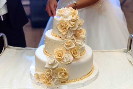 luxury wedding cake decorated with roses at wedding reception, catering in restaurant Archivio Fotografico