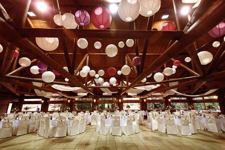 驚くほどの豪華な結婚披露宴、レストランでのケータリングの場所天井装飾が施されて