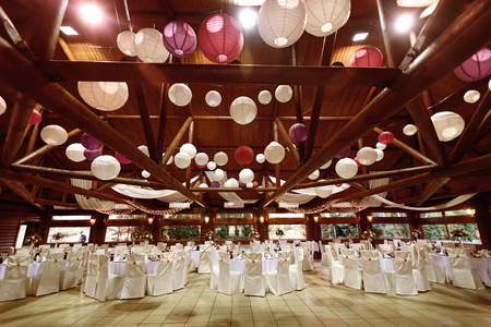 incredibile soffitto decorato per il ricevimento di lusso, ristorazione in ristorante Archivio Fotografico