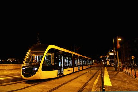 夜の通りのブダペスト市、旅行の概念で現代の路面電車都市交通 写真素材