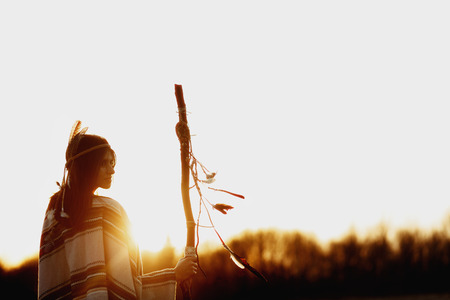 일몰의 배경에 pikestaff와 아메리카 원주민 여자 무당 산에서 beutiful 스톡 콘텐츠