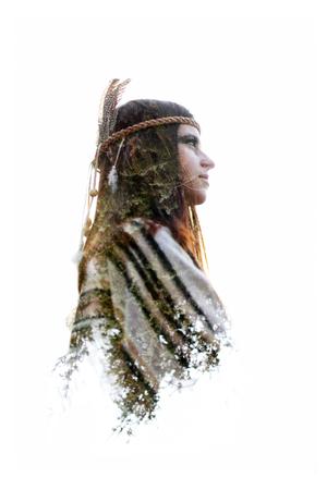 森の中、自由な精神と保護概念でネイティブ アメリカ ・ インディアン女性と緑木の二重露光