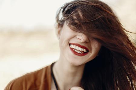 행복 한 세련 된 hipster 여행자 여자 재미 흔들며 머리와 웃 고, 집시 boho 소녀. 방랑 여름 여행. 대기의 순간. 텍스트위한 공간입니다.