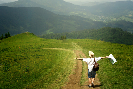 Hombre, viajero, tenencia, mapa, ambulante, cima, soleado, colina, Plano de fondo, asombroso, montañas, verano, viaje, concepto ... Foto de archivo - 75426830