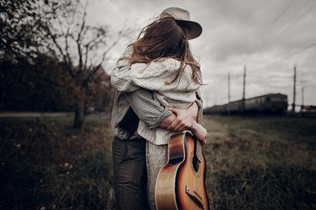 세련 된 hipster 몇 바람이 필드에서 춤. boho 집시 여자와 바람이 필드에 수용하는 모자에 남자가있다. 대기 운동 순간. 유행 봐. 소박한 결혼식 개념 스톡 콘텐츠