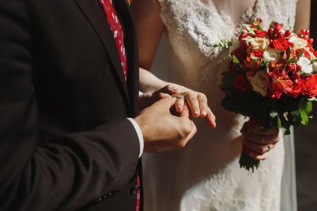 教会での結婚式。スタイリッシュな新郎と新婦指輪を交換し、誓い。精神的な官能的な瞬間。