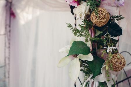 결혼식 통로 통로 확대하여, 녹색 나뭇잎과 스레드 공 장식, 결혼식 의식 개념 꽃 갈 랜드 스톡 콘텐츠