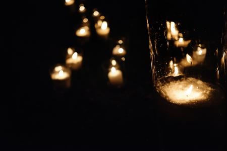Luz de la vela romántica en linternas de cristal en la ceremonia de la boda de lujo en la noche, decoración y arreglos Foto de archivo - 76850288