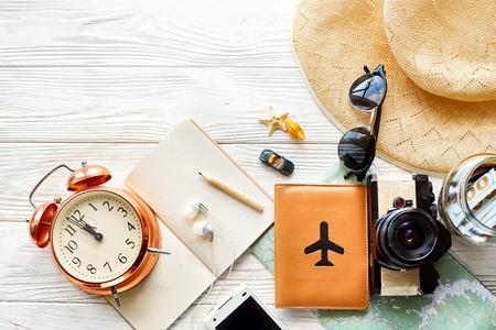 Tempo di viaggiare concetto, spazio per il testo. mappa telefono passaporto soldi telefono con occhiali da sole schermo vuoto e orologio cappello conchiglie giocattolo auto su fondo di legno bianco. ciao vacanza, pianificazione delle vacanze Archivio Fotografico - 77237050