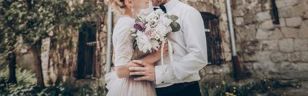 세련 된 웨딩 커플 꽃다발을합니다. 현대 신부 및 신랑 유행 부케 오래 된성에 들고. 미술 사진, 낭만적 인 순간, 긴 가장자리 스톡 콘텐츠