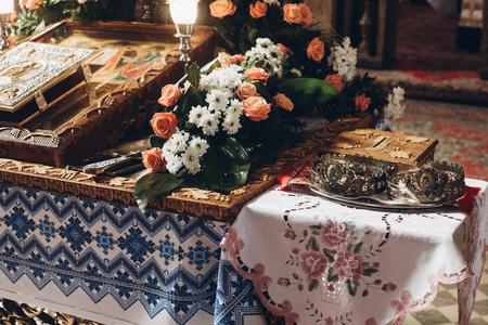 聖書王冠と結婚式の前に教会の十字架祭壇の黄金