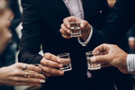 結婚披露宴、お祝いのアウトドア、レストランのケータリングで応援ウォッカのトーストの持株メガネを人します。クリスマスと新年