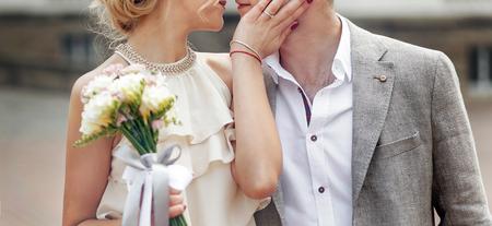 ヴィンテージのドレスとスタイリッシュな新郎の古い建物の背景に採用の高級花嫁。幸せな結婚式のカップル、官能的なロマンチックな瞬間