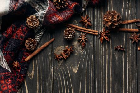 anise cinnamon and pine cones on wooden rustic background. space for text. stylish winter or autumn wallpaper. cozy mood. seasonal holidays concept Banco de Imagens