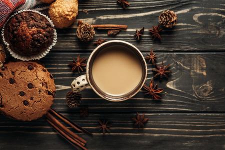 aromatische Kaffeeplätzchen und Anis flach legen auf hölzernem Hintergrund, stilvolle rustikale Wintertapete. Platz für Text. gemütliche Stimmung Herbst. Saisonferien Konzept