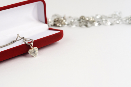 Collier coeur de luxe avec diamants élégants sur fond blanc, cadeau et concept de l'amour, Saint Valentin Banque d'images - 84336489