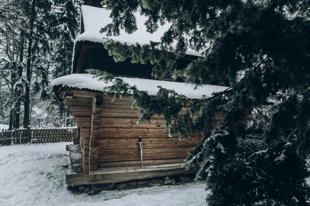 休暇先剣、雪で覆われた冬の森、素朴な木製コテージ スカンジナビア国立公園内に位置するノルウェーの古い木製キャビン、旅行のコンセプト 写真素材