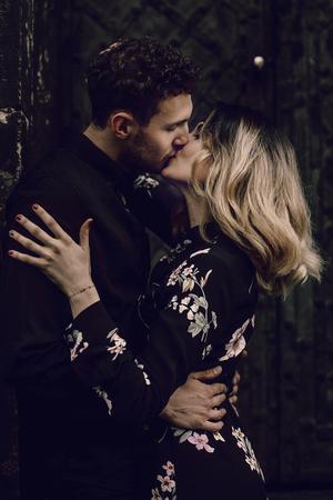 stijlvol paar verliefd zoenen in avond stadsstraat. moderne vrouw en man in modieuze kleding omarmen, romantisch moment. Frans atmosferisch moment Stockfoto