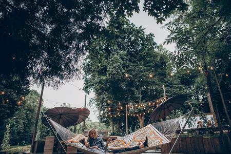 낭만적 인 리조트 실외, 자연 개념에서 여름 휴가 해먹에 쉬고 관능적 인 몇