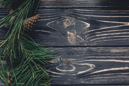 크리스마스 트리 분기 프레임 소나무 콘 소박한 배경 상위 뷰, 텍스트를위한 공간. 세련 된 크리스마스 계절 인사말 이미지입니다. 겨울 휴가 분위기.